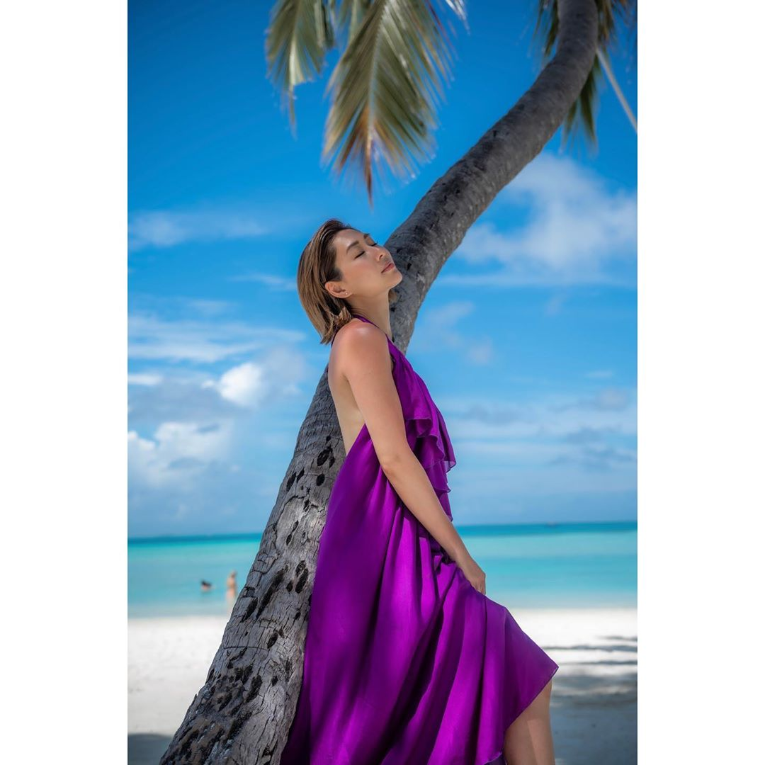穿上露背長裙的胡定欣在樹下留倩影,大家覺得Hot嗎?