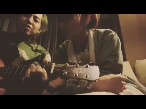 謝和弦(左)昨晚Po了一條床上自彈自唱片,但旁邊多了個女生!