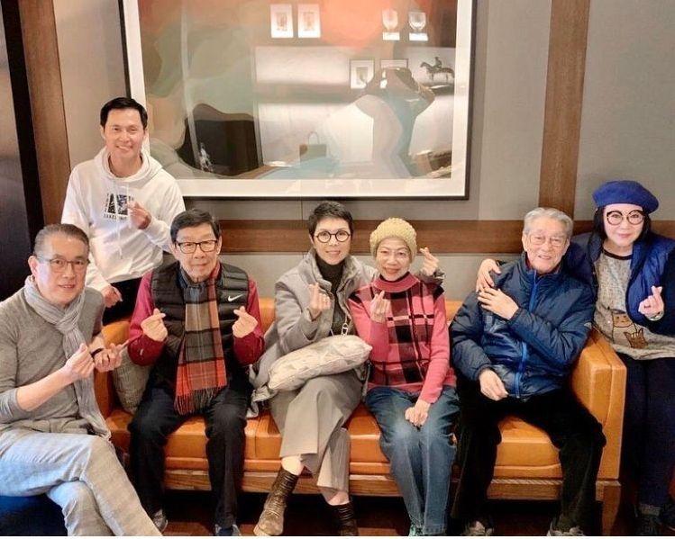 (左起)Tommy Chu、張國強、胡楓、菊姐、羅蘭姐、周聰、李司棋影合照時不忘派心心。