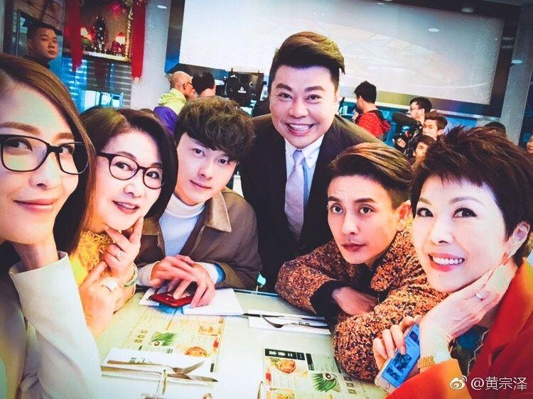 (左起)陳敏之、李司棋、阮兆祥、黃宗澤、關菊英拍攝無綫劇集《溏心風暴3》變成老友。