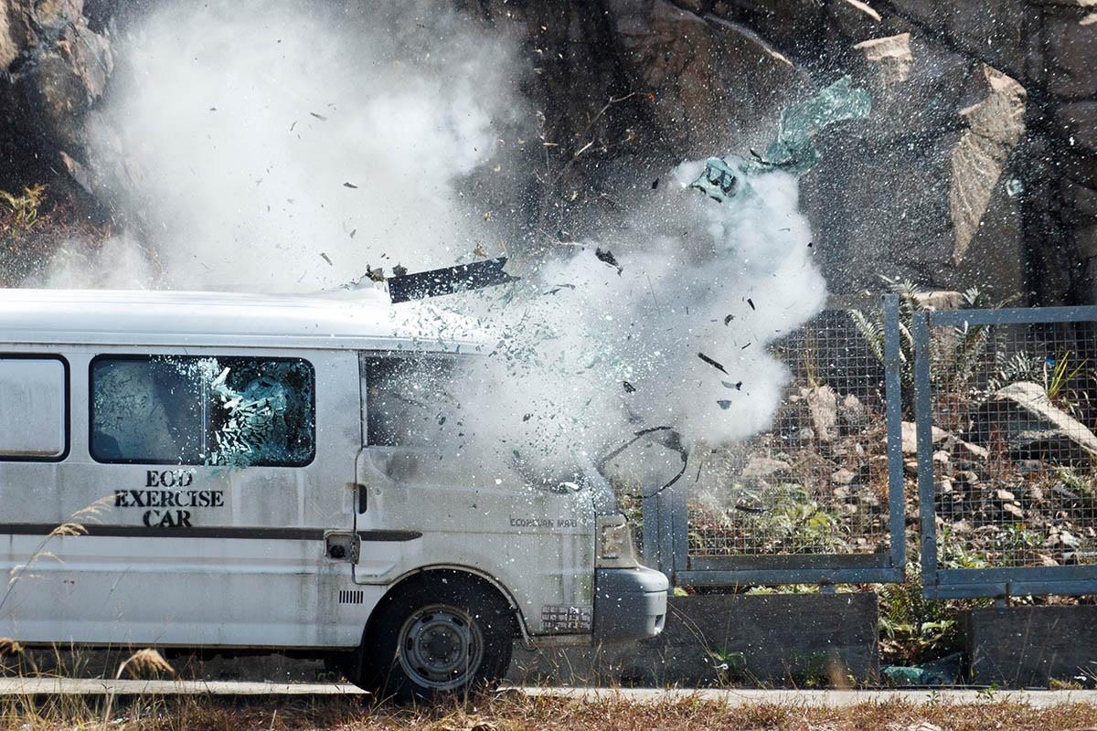 警方示範用五十克自製炸藥炸毀客貨車。路透社