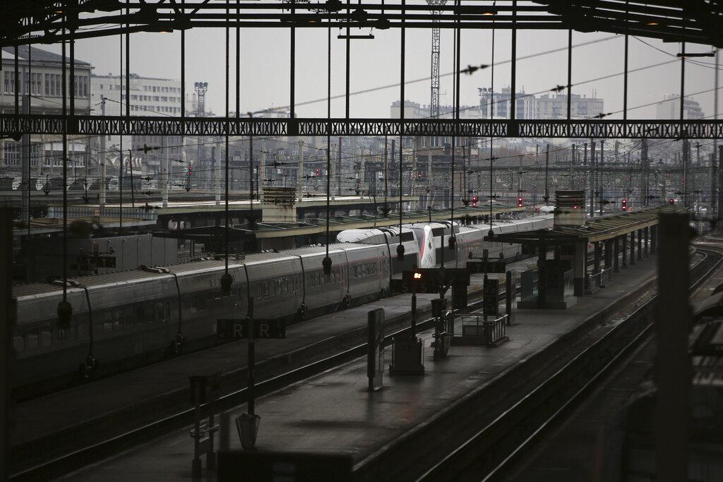 巴黎地鐵火車大受影響。AP
