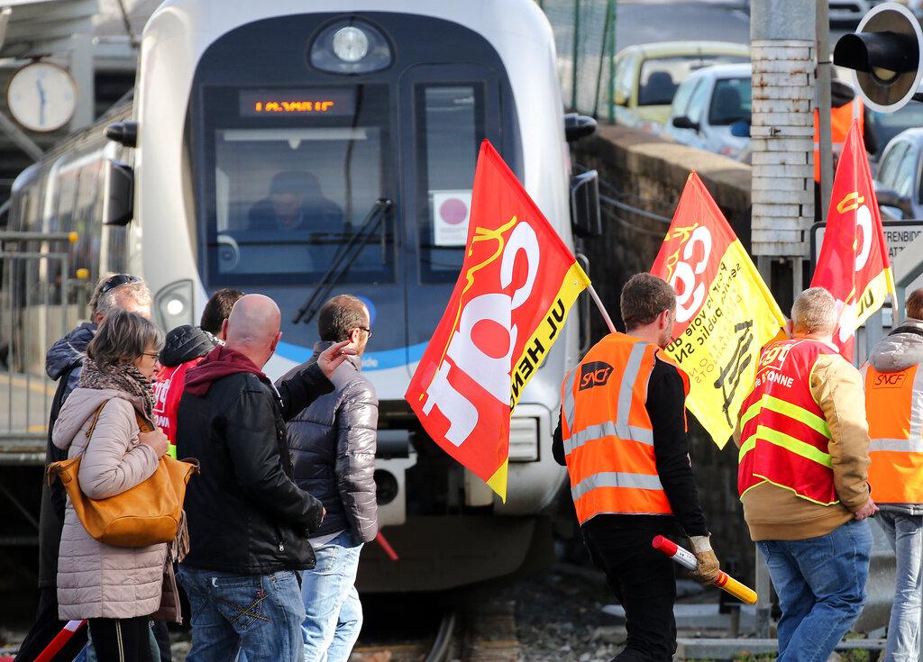 法國繼續大罷工。AP
