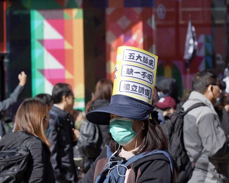 銅鑼灣街頭擠滿準備參與遊行的人士。