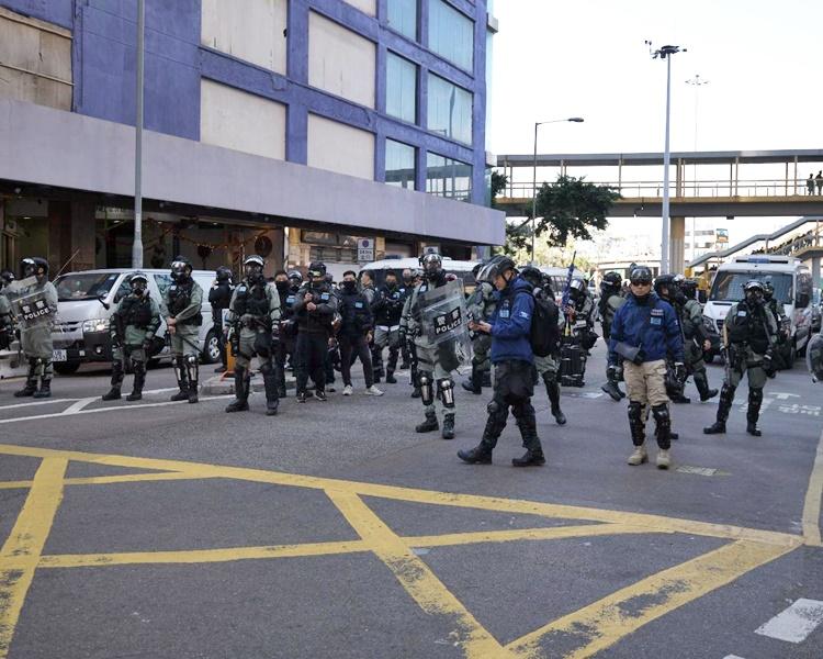 防暴警在波斯富街和謝斐道一帶戒備。