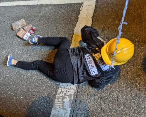 【修例風波】有遊行人士匍匐爬行 腳纏汽水罐磚頭