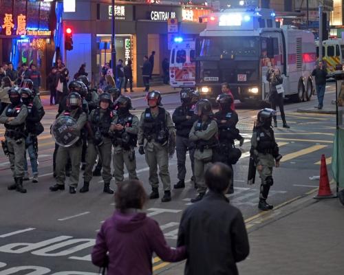 【修例風波】中環警民對峙 水炮車駛至德輔道中戒備