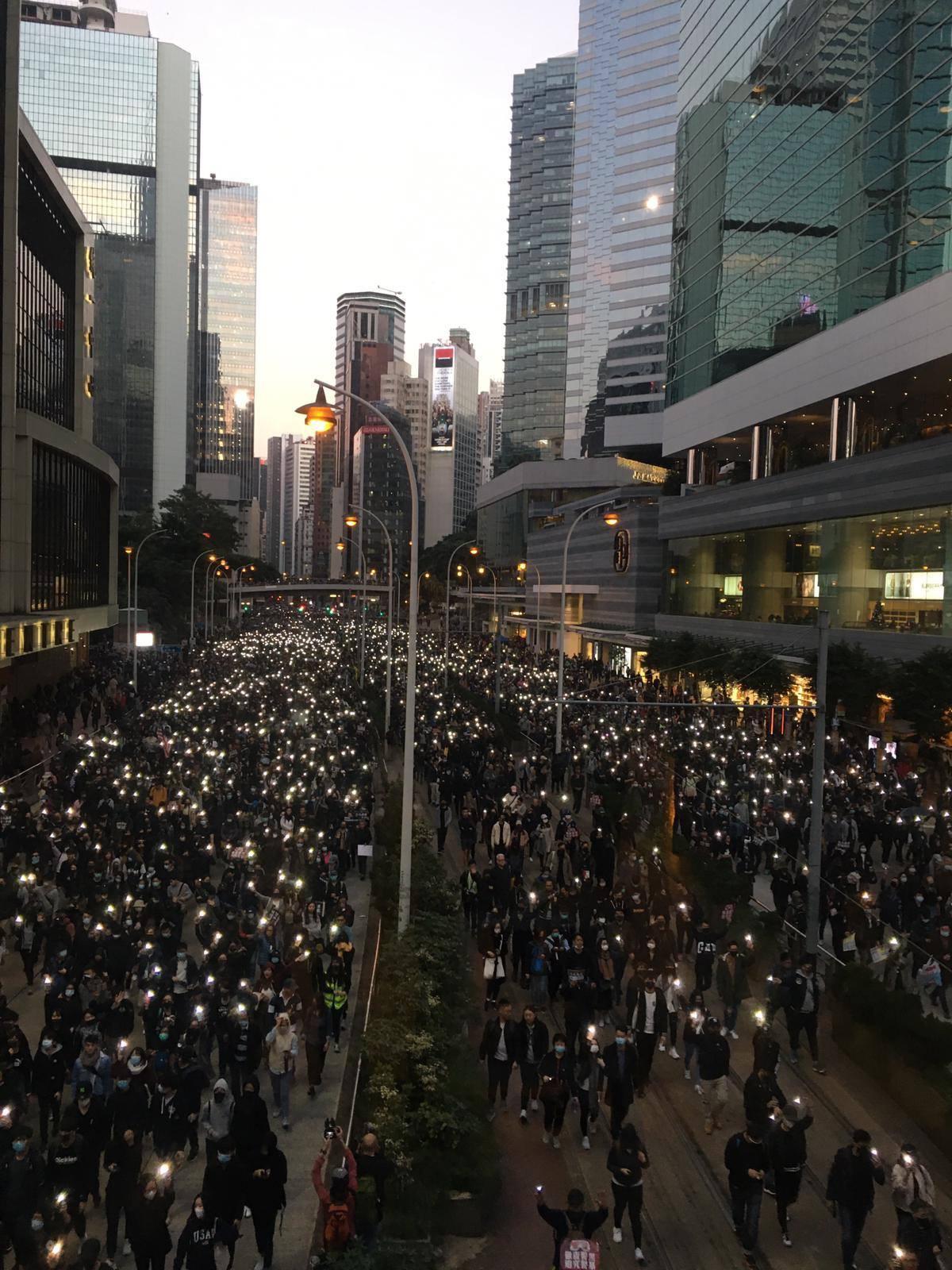 有大批遊行人士沿途亮起手機燈。民陣圖片