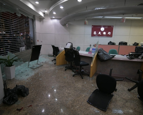 【修例風波】灣仔集友銀行及Starbucks遭破壞 玻璃擊毀碎片散一地