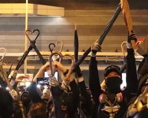 【修例風波】太古廣場黑衣人傘柄做心形圖案 高呼「愛比暴力強」
