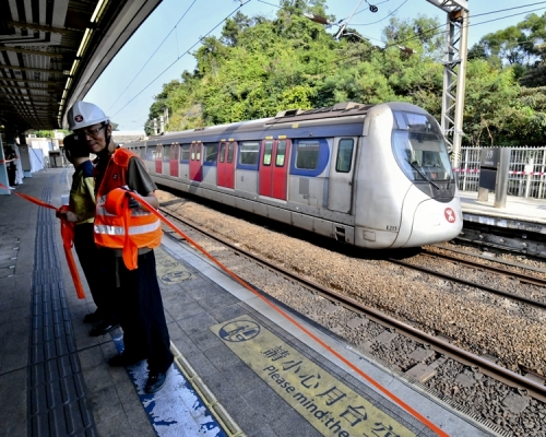港鐵沙田站屯門站等路軌有雜物 列車服務一度受阻