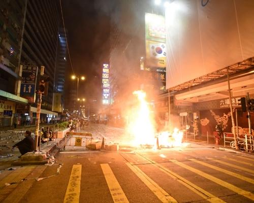 【修例風波】消防員涉持汽油彈拒捕襲警 官指重犯機會高拒保釋