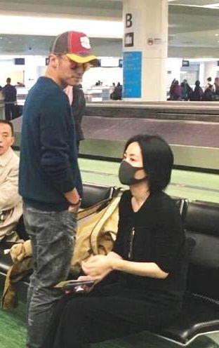 去年有網友在機場拍到王菲(右)和謝霆鋒拍拖外遊。