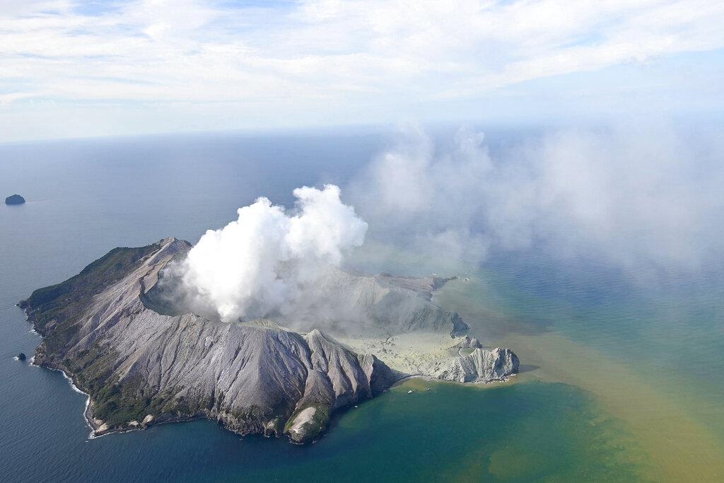 紐西蘭旅遊勝地懷特島火山當地時間周一下午2時半爆發。AP