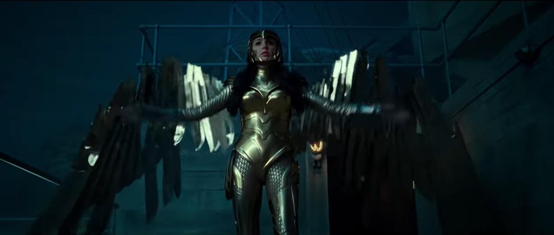 神奇女俠穿上黃金戰衣。