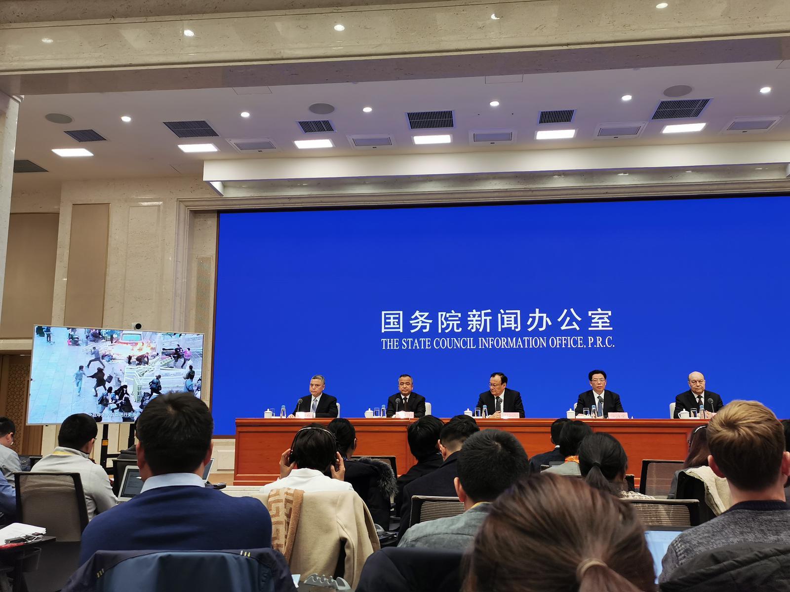 新疆主席雪克來提.札克爾(中):教培中心學員已全部結業。張言天攝