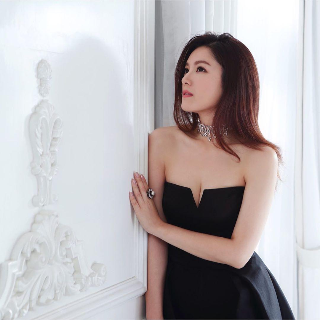 婚後,苟芸慧繼續大方派福利,實行做個索人妻!