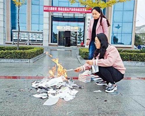 甘肅圖書館外燒書惹議  網友戲稱:現代版焚書坑儒