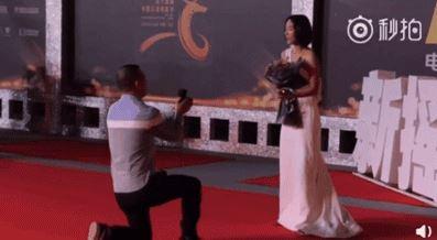 王珞丹去年在長春電影節紅地氈上被狂粉騷擾時更無助。