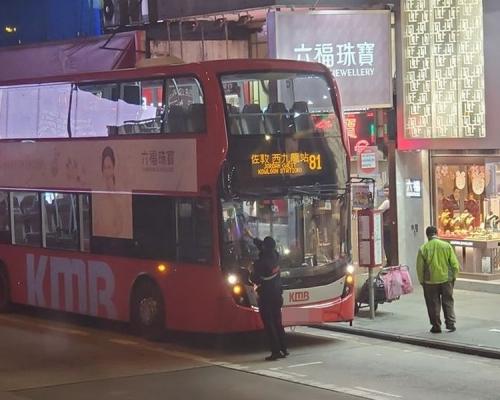 【修例風波】示威者旺角快閃 多輛巴士被噴黑擋風玻璃