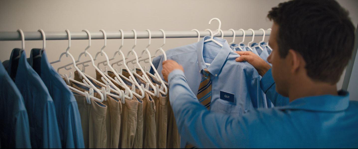 阿仁喺銀行返工,日復日着嗰啲衫。