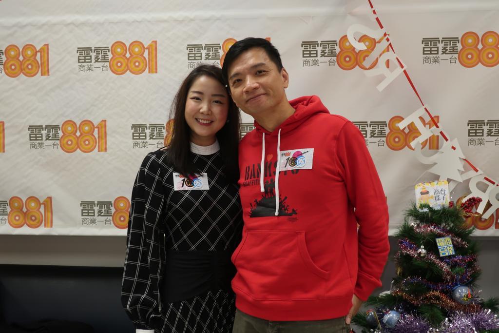 音樂人陳輝陽(右)與「女聲合唱」成員Lydia到電台宣傳明年情人節假麥花臣舉行的音樂會。