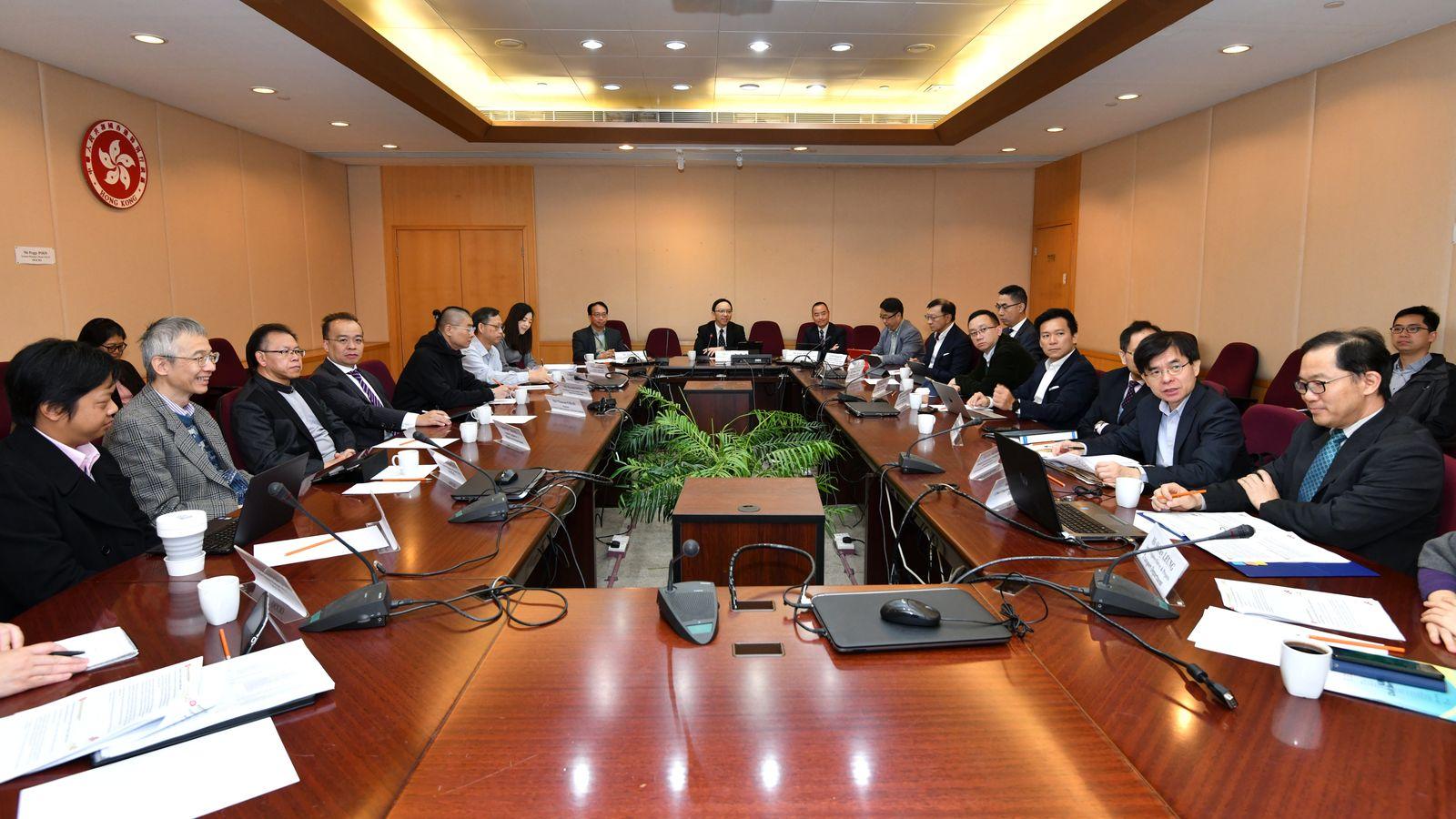 多功能智慧燈柱技術諮詢專責委員會達成共識,認同智慧燈柱計劃應繼續推行。