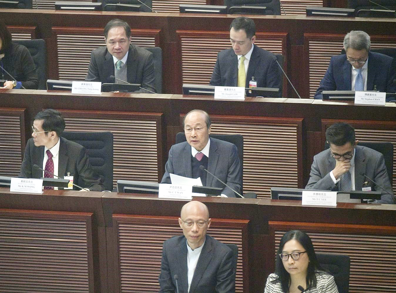 在立法會經濟發展事務委員會上,討論兩電的加幅。
