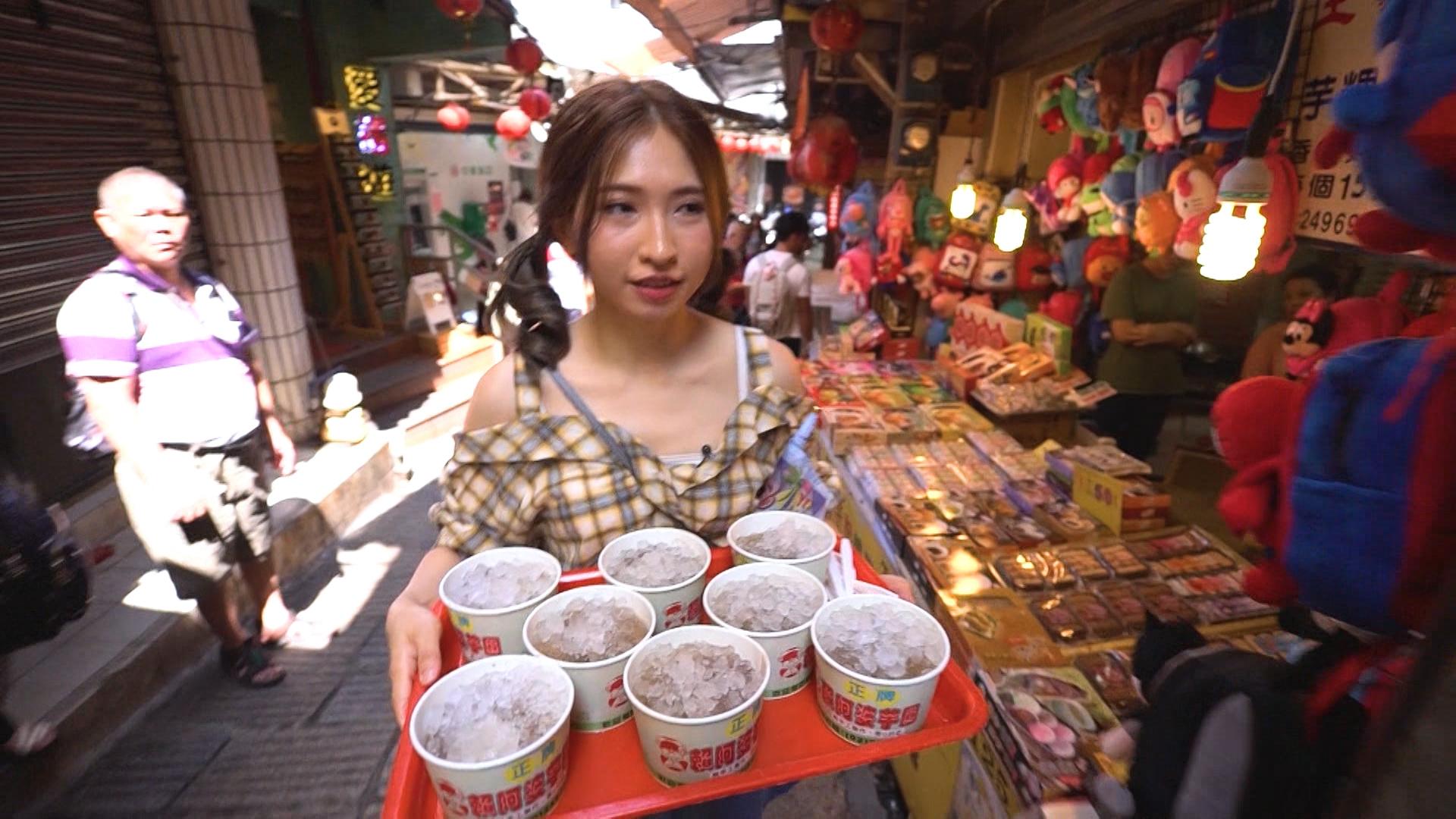 蔡寶欣幫手買甜品,但聽到攝製隊嗌「3、2、1」後郁都唔郁,因而被兩位前輩揶揄。