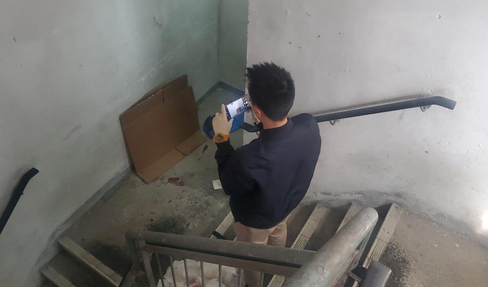 警員到後樓梯調查。林思明攝