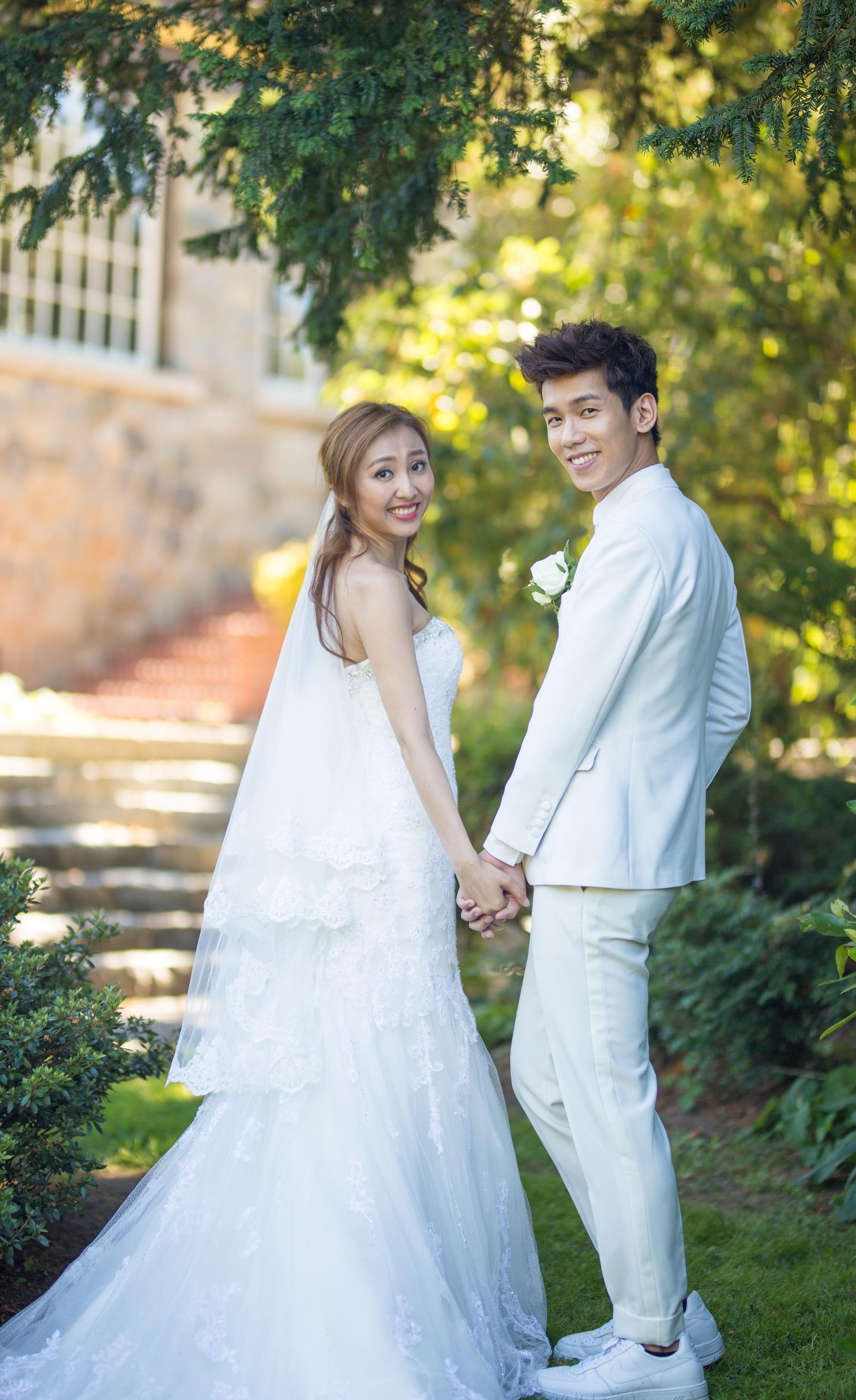 林奕匡(左)與李靄璣於17年8月在加拿大結婚。