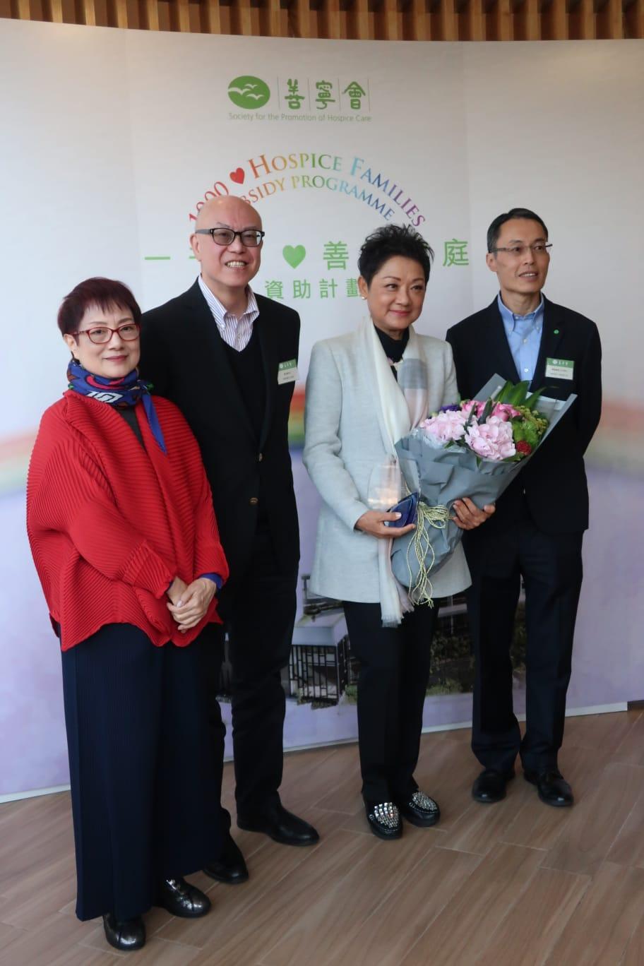 葉麗儀(右二)以大使身份出席「1000個善寧家庭」資助計劃啟動禮。