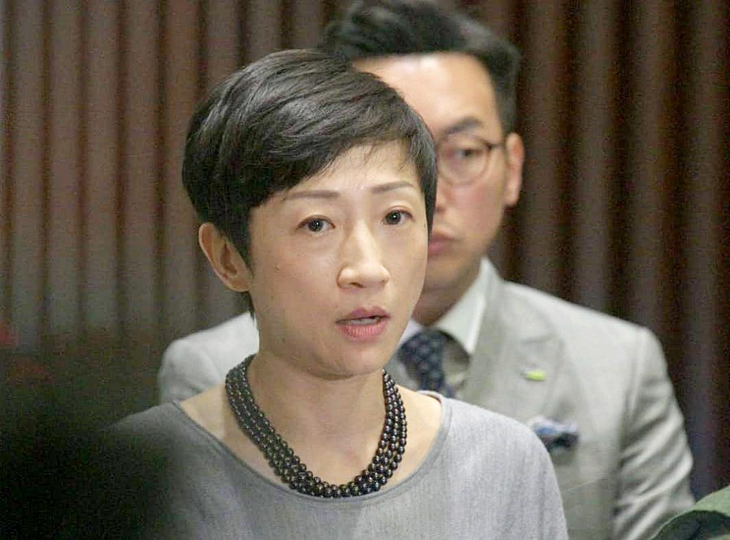 黃定光動議解除陳淑莊的議員職務。