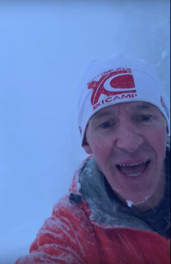 男子最終在冰雪中走出來。影片截圖