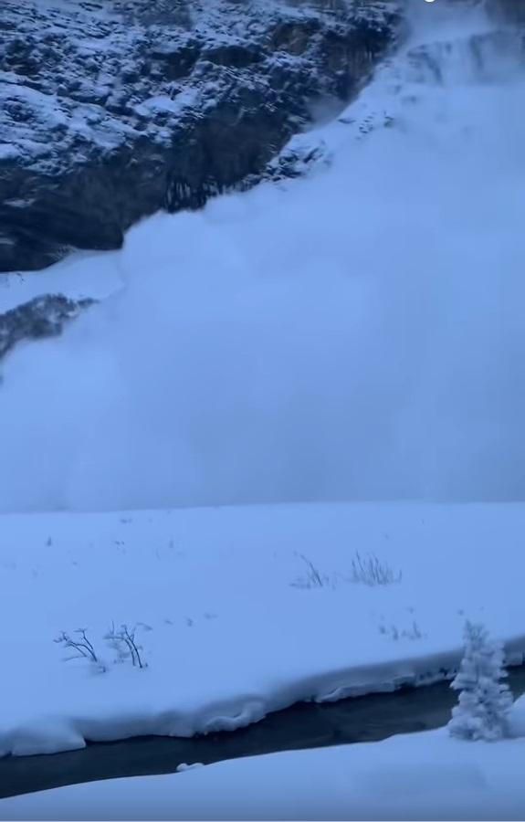 湖的對岸出現雪崩。影片截圖