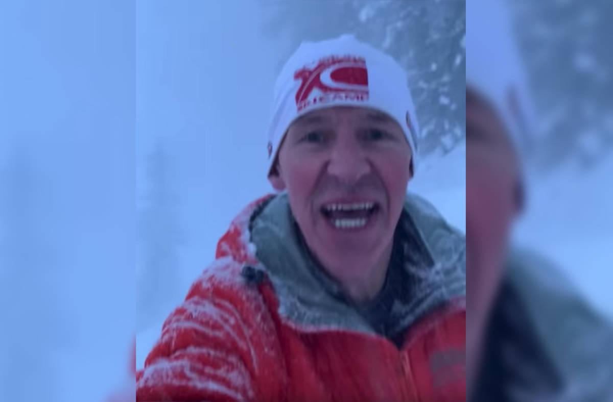 男子慢跑遇上雪崩。影片截圖