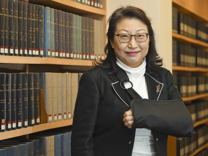 律政司司長鄭若驊上月出訪倫敦跌一跤,現在左手帶上護托。