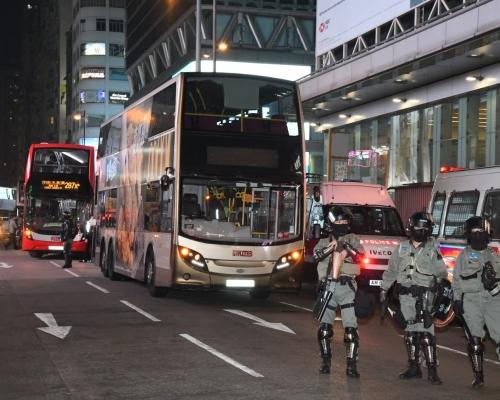 【修例風波】黑衣人旺角黑夜縱火扑巴士車窗按緊急掣 防暴警拘至少3人