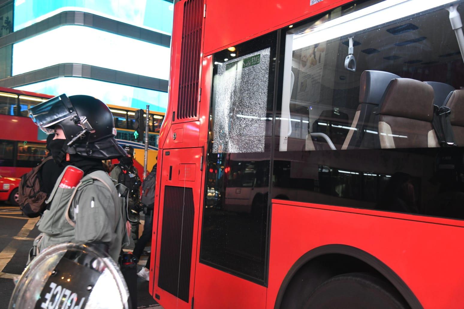 涉事巴士事後玻璃上出現裂紋,停在路邊。