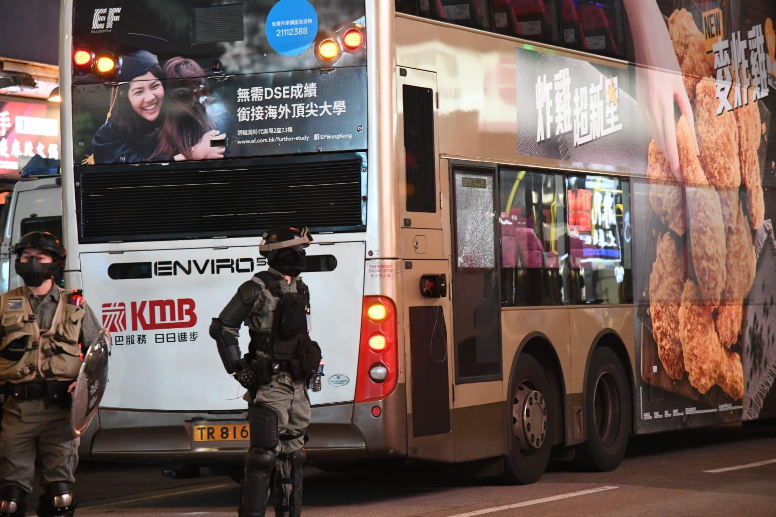有示威者在旺角亞皆老街近彌敦道突然走出馬路,疑按動至少3部正在行駛的巴士的緊急掣。