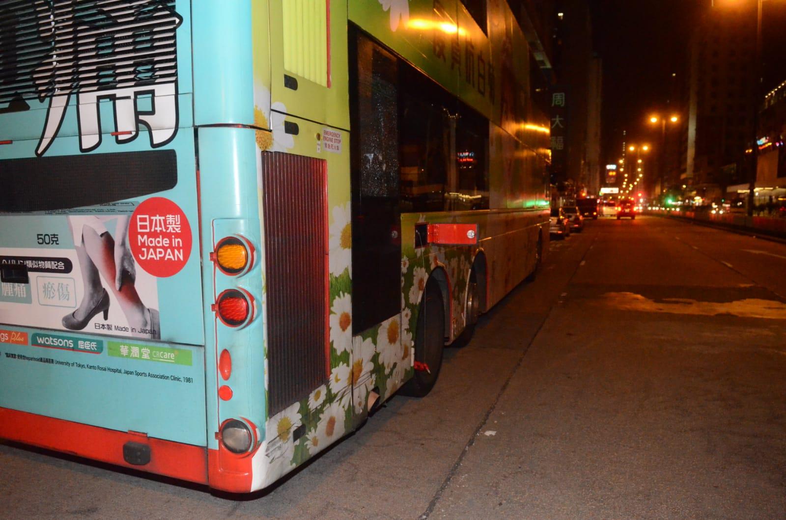 一輛由紅磡開往青衣的N41X通宵巴士,被人在車內扑毀車尾一扇玻璃窗。