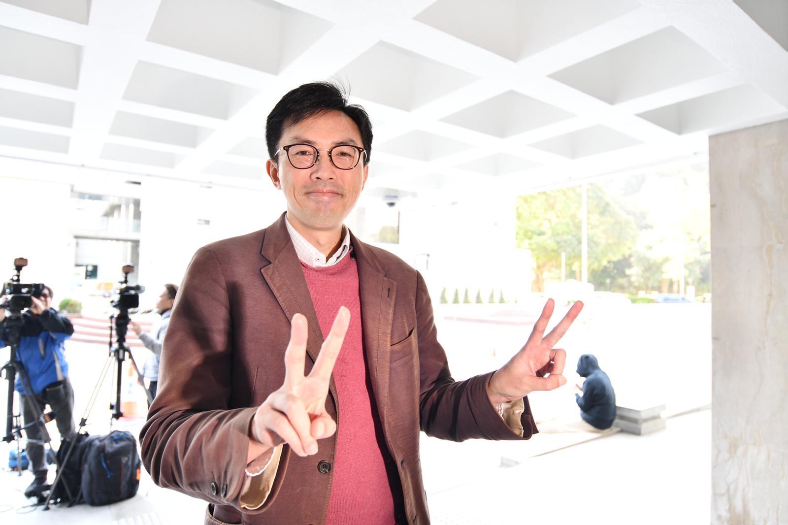 吳文遠在庭外指自己自己由「原告變被告」。