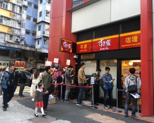 【Kelly Online】日本牛肉飯店「すき家」港首間分店開幕 開張前已排長龍