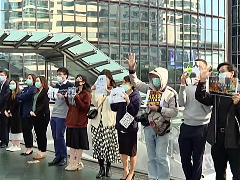 中環市民一字排開叫口號。 港台截圖