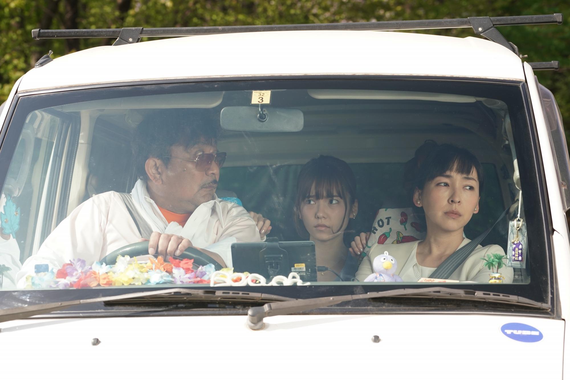 片中有現實中嘅一家人正要去東京參加訂婚儀式,開車時聽電台講有關埼玉嘅傳聞。