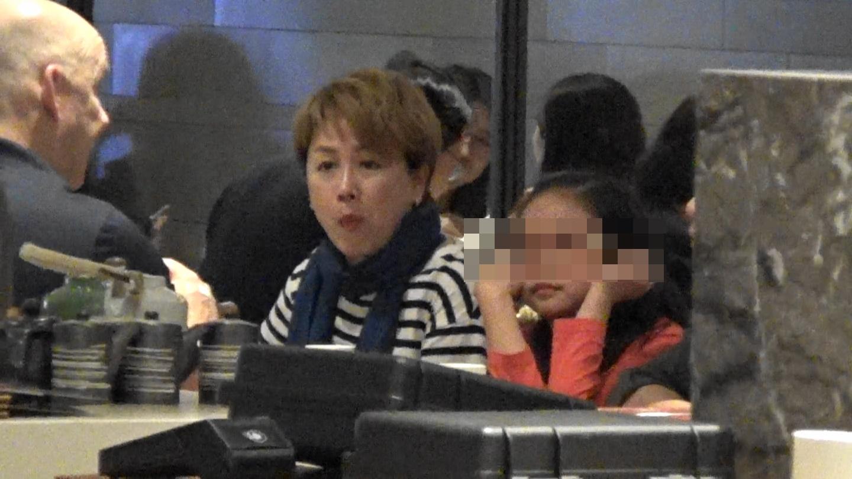 跟媽咪劉曉彤同一班大人食飯,囡囡悶到扁嘴兼托頭。