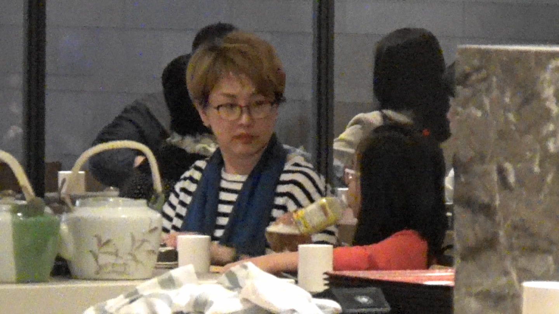 劉曉彤入到餐廳睇餐牌,此時終於跟囡囡有眼神交流喇!