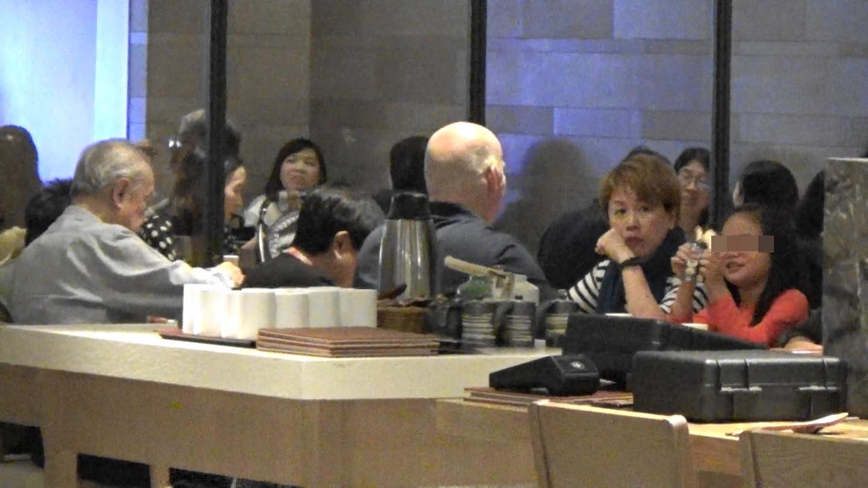 劉曉彤親友一坐低,囡囡即撩Auntie和Uncle玩。