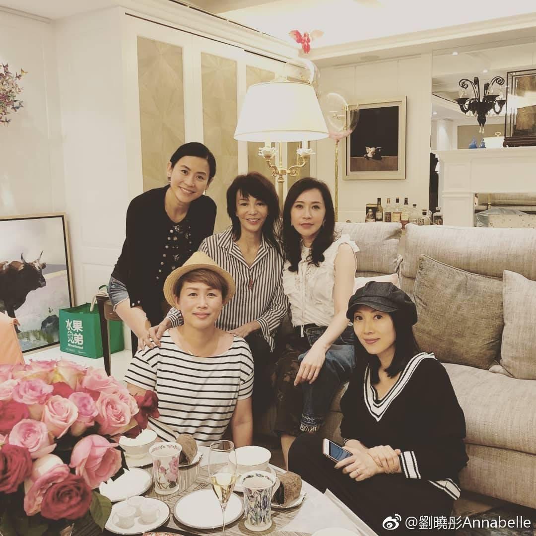 淡出幕前後,劉曉彤仍不時相約圈中好友(後左起)宣萱、鄭裕玲、顧紀筠及丘凱敏等見面。