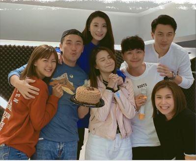 日前36歲生日的Tony,獲女友梁諾妍和大班好友一齊慶祝。